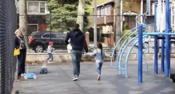 6岁乞丐街头认出妈妈,却被拒相